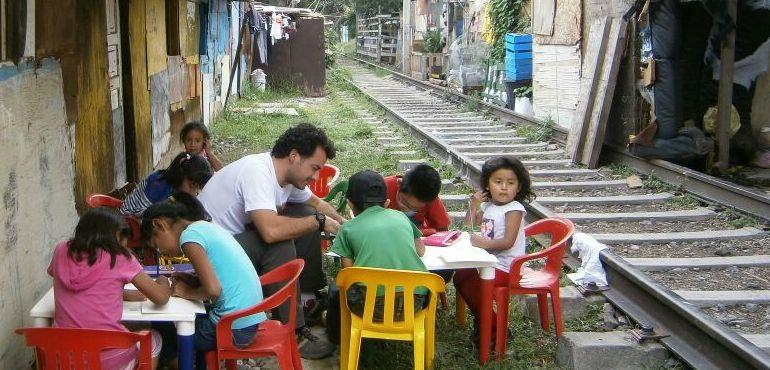 """El profesor Alejandro Contreras ayuda en el proyecto """"Vías"""""""