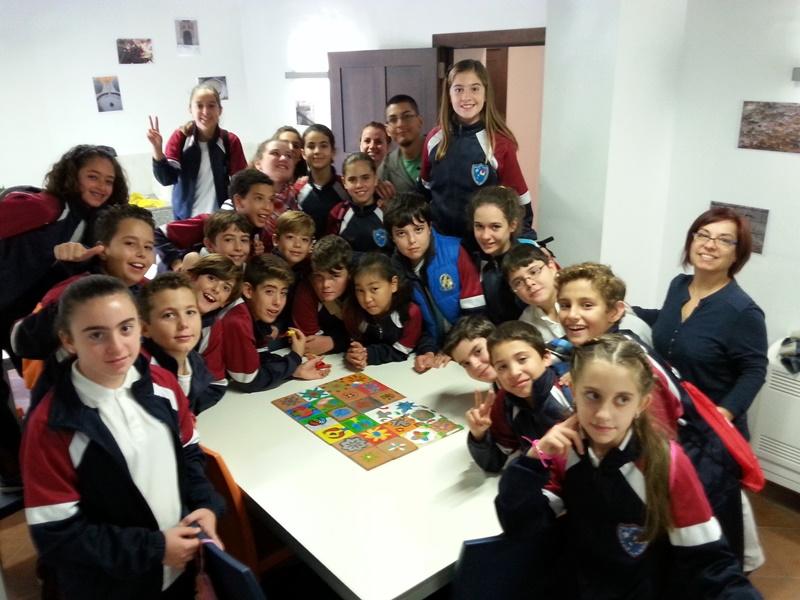Alumnos de 6ºA mostrando sus atauriques inspirados en la Alhambra.