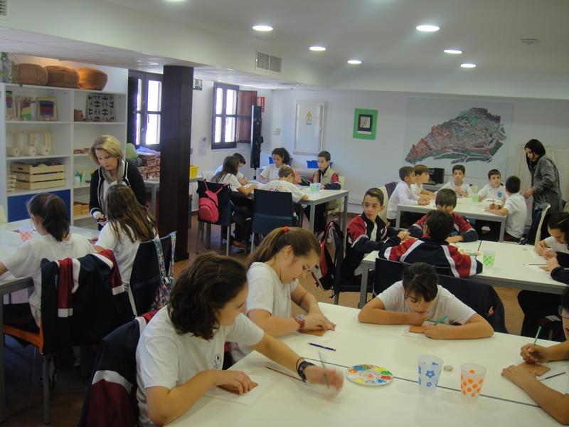 Alumnos de 6ºB creando atauriques inspirados en la Alhambra.