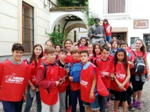 Junto a la estatua de Maimónides en la judería de Córdoba.