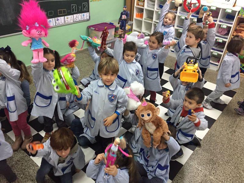 Infantil: Día del juguete y felicitación a las hermanas