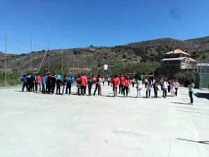 Grupo realizando un juego en la cancha de fútbol y baloncesto