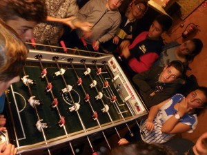 Alumnos jugando al futbolín por la noche